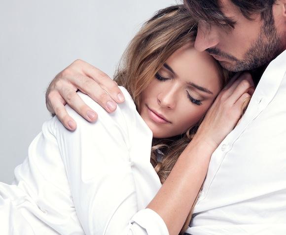 coppia-abbracciata-in-abbandono